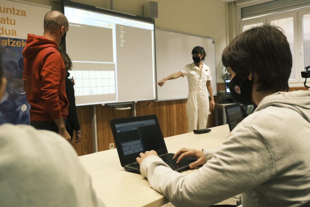 Foto de Alumnos/as utilizando Txac Planet en un aula para mejorar sus